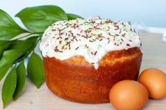 Ostern-Kuchen und farbige Eier auf blauem Hintergrund Feiertagsnahrung und Ostern-Konzept Selektiver Fokus Copyspase stockfoto