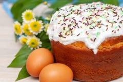 Ostern-Kuchen und farbige gelbe Blumenbl?ten des Eies auf Hintergrund Feiertagsnahrung und Ostern-Konzept Selektiver Fokus Copysp lizenzfreies stockfoto