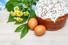 Ostern-Kuchen und farbige gelbe Blumenbl?ten der Eier auf Hintergrund Feiertagsnahrung und Ostern-Konzept Selektiver Fokus Copysp stockfotografie