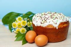 Ostern-Kuchen und farbige gelbe Blumenbl?ten der Eier auf Hintergrund Feiertagsnahrung und Ostern-Konzept Selektiver Fokus Copysp lizenzfreie stockfotos
