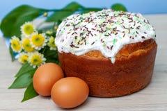 Ostern-Kuchen und farbige gelbe Blumenbl?ten der Eier auf Hintergrund Feiertagsnahrung und Ostern-Konzept Selektiver Fokus Copysp stockbild