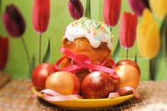 Ostern-Kuchen und farbige Ostereier Stockfoto