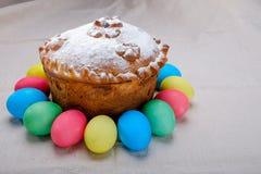 Ostern-Kuchen und farbige Ostereier Lizenzfreie Stockbilder