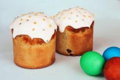 Ostern-Kuchen und gemalte Eier Stockbilder