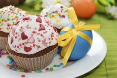 Ostern-Kuchen und Osterei auf der Platte Lizenzfreie Stockfotos