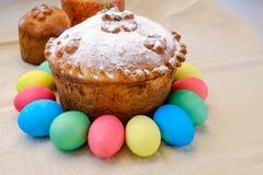 Ostern-Kuchen und Ostereier Stockfotografie