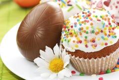 Ostern-Kuchen und SchokoladenOstereier Lizenzfreies Stockbild