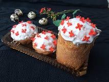 Ostern-Kuchen verzierte kalanchoe Blumen und kochte für eine Pflanzenkost Stockfotos