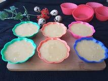Ostern-Kuchenkochen, kalanchoe Blumen, Wachteleier, Nüsse und Melissa für Teig Stockfoto