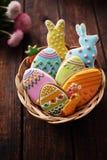 Ostern-Lebkuchen in einem Korb Stockfoto