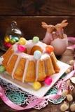 Ostern-Mandelgugelhupf auf Holztisch Lizenzfreies Stockfoto