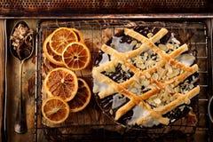 Ostern-Mohnblumenkuchen mit Mandeln in der Weinleseart Stockfotos