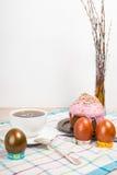 Ostern-Morgen backen die gemalten Eier und das Ostern zusammen Lizenzfreies Stockfoto