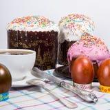 Ostern-Morgen backen die gemalten Eier und das Ostern zusammen Stockfotos