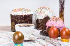 Ostern-Morgen backen die gemalten Eier und das Ostern zusammen Lizenzfreie Stockbilder