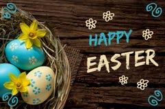 Ostern-Nest auf Holz mit dem Beschriften von fröhlichen Ostern Lizenzfreies Stockbild