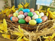 Ostern-Nest mit Süßigkeits-Eiern lizenzfreie stockfotos