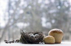 Ostern-Nest mit Wachteleier Weidenniederlassungen Torten backen zusammen Stockfoto