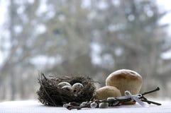 Ostern-Nest mit Wachteleier Weidenniederlassungen Torten backen zusammen Lizenzfreie Stockfotografie