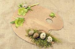 Ostern-Palettendekoration mit Wachteln Eiern und Hellebore mit leerem Feld Stockbild
