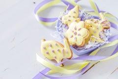 Ostern-Plätzchen in geformter Schüssel des Herzens Stockbild