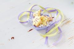 Ostern-Plätzchen in geformter Schüssel des Herzens Lizenzfreie Stockfotos