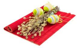 Ostern-Pussyweide mit Ostereiern auf roter Matte Stockfotografie