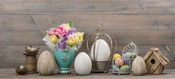 Ostern stillife Tulpenblumen und farbige Eier Stockfoto