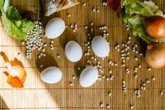 Ostern-Stillleben auf Bambusmatte Lizenzfreies Stockfoto