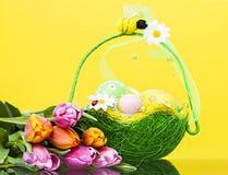 Ostern-Stillleben des Korbes mit Eiern und Tulpen Stockbilder
