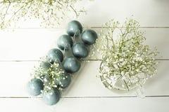 Ostern-Stillleben mit blauen Eiern und Gypsophila Lizenzfreie Stockfotografie