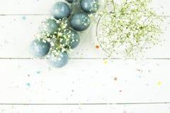 Ostern-Stillleben mit blauen Eiern und Gypsophila Stockfotografie