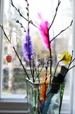 Ostern-Stillleben, Weidenniederlassung und Federn in einem Vase Stockbilder