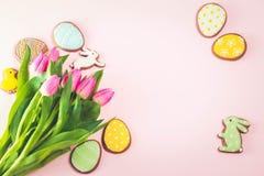 Ostern-Szene mit farbigen Eiern Stockfotografie