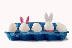 Ostern-Szene mit farbigen Eiern, Osterhase, weißer Hintergrund lizenzfreies stockbild