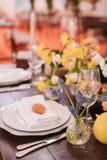 Ostern-Tabelle eingestellt in Gelbgrünfarben lizenzfreie stockfotos