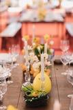 Ostern-Tabelle eingestellt in Gelbgrünfarben stockbild