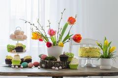 Ostern-Tabelle mit Tulpen und Dekorationen lizenzfreie stockfotografie