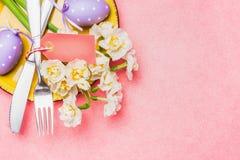 Ostern-Tabellengedeck auf rosa Hintergrund, Draufsicht Stockfoto