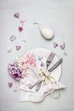 Ostern-Tabellengedeck mit Dekorei, Platte, Tischbesteck, Serviette, Band und schönen blassen Pastellhyazinthen blüht, Draufsicht Lizenzfreie Stockbilder