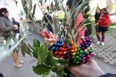 Ostern-Traditionen - grün und bunte Blumensträuße Stockfotos