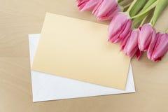 Ostern-Tulpen mit Grußkarte Stockbild