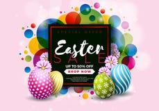 Ostern-Verkaufs-Illustration mit Farbe gemaltem Ei und Typografie-Element auf abstraktem Hintergrund Vektorfeiertagsdesign Lizenzfreies Stockbild