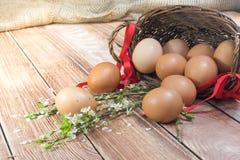 Ostern - verschütteter Hen Eggs in einem Weidenkorb mit einem Band und einem S lizenzfreie stockfotos