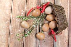 Ostern - verschütteter Hen Eggs in einem Weidenkorb mit einem Band und einem S lizenzfreies stockbild