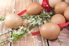 Ostern - verschütteter Hen Eggs mit Frühlings-Blumen lizenzfreies stockbild