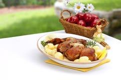 Ostern verzierte Tabelle mit Lamm und potatos Platte Stockbild