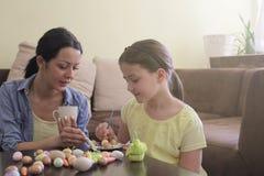 Ostern-Vorbereitung in unser Haus lizenzfreie stockfotos