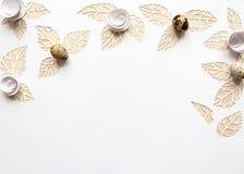 Ostern-Wachteleier auf einem weißen Hintergrund, Blumen schnitten vom Papier Stockfotografie