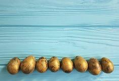 Ostern-Wachteleier, auf hölzerner Tradition Lizenzfreie Stockbilder